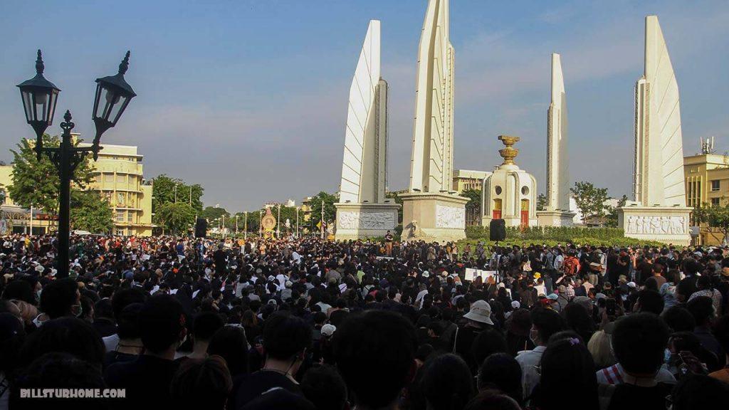การประท้วง ในประเทศไทยและภาวะฉุกเฉินเพิ่มขึ้น ประเทศไทยได้ยกเลิกพระราชกำหนดฉุกเฉินที่ใช้บังคับเมื่อสัปดาห์ที่แล้วเนื่องจากพยายามยุติการประท้วง