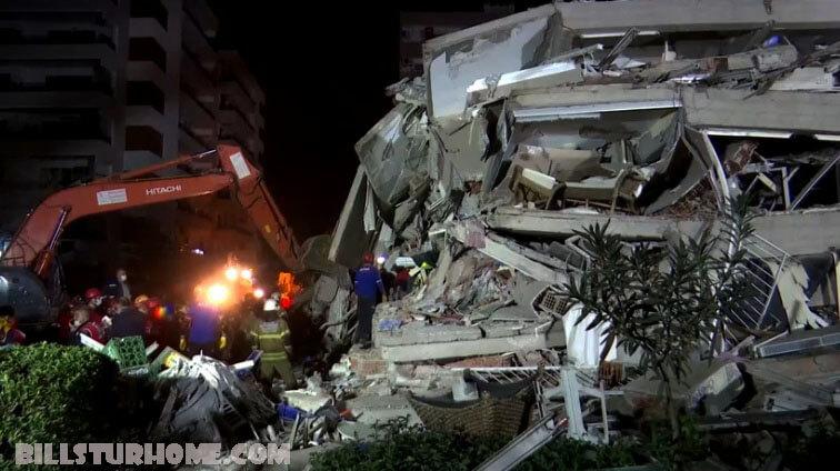 ค้นหาผู้รอด ชีวิตใต้ซากปรักหักพัง ทีมกู้ภัยในเมืองท่าอิซเมียร์ของตุรกีกำลังตามล่าหาผู้รอดชีวิตจากเหตุแผ่นดินไหวครั้งใหญ่เมื่อวันศุกร์ ยอดผู้เสียชีวิต