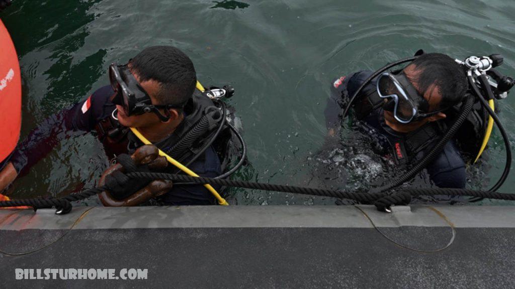 นักดำน้ำ อินโดนีเซียค้นหาซากเรือที่จมหาย กองทัพเรือชาวอินโดนีเซียได้เผยแพร่ภาพของนักดำน้ำที่ค้นหาซากเครื่องบินโดยสารที่ตกในทะเลเมื่อสุดสัปดาห์ที่ผ่านมา
