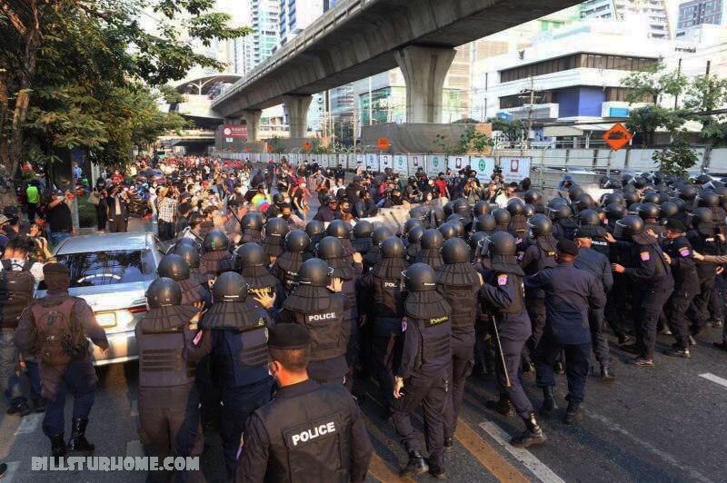 ตำรวจจับกุม ผู้ประท้วงต่อต้านการห้ามชุมนุม ตำรวจในเมียนมาร์ได้ยิงปืนใหญ่ฉีดน้ำเพื่อสลายกลุ่มผู้ประท้วงที่ออกไปตามถนนแม้จะมีคำสั่งห้ามไม่ให้มีการชุมนุม